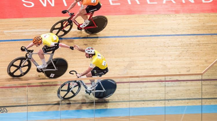 Schweizermeisterschaft im Madison-Bahnradfahrenim Grenchner Velodrome. Im Bild eine Ablösung. (Ulf Schiller)