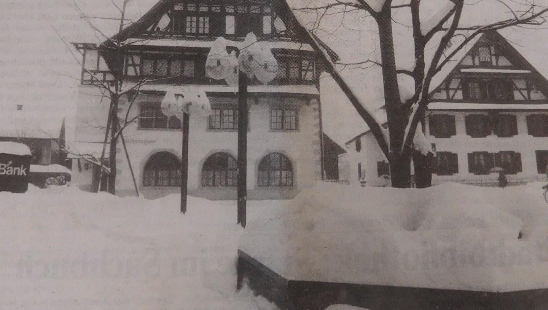 Haufenweise Schnee lag im Winter 1986 mitten im Baarer Dorfzentrum. (Bild: PD / Luzerner Zeitung)