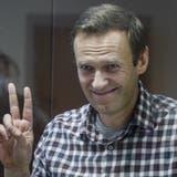 Stiller Protest im Glaskasten: Alexej Nawalny gibt sich vor Gericht ungewohnt fromm. (Yuri Kochetkov / EPA)