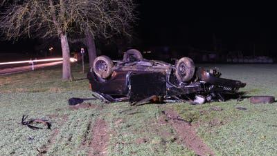 Das Auto blieb auf dem Dach liegen. (Bild: Luzerner Polizei (Kottwil, 21. Februar 2021))