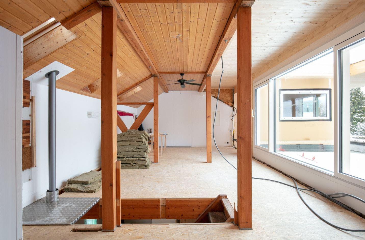 Das Gebäude hat einen eigenwilligen Grundriss und macht den Eindruck eines Liebhaberobjekts.