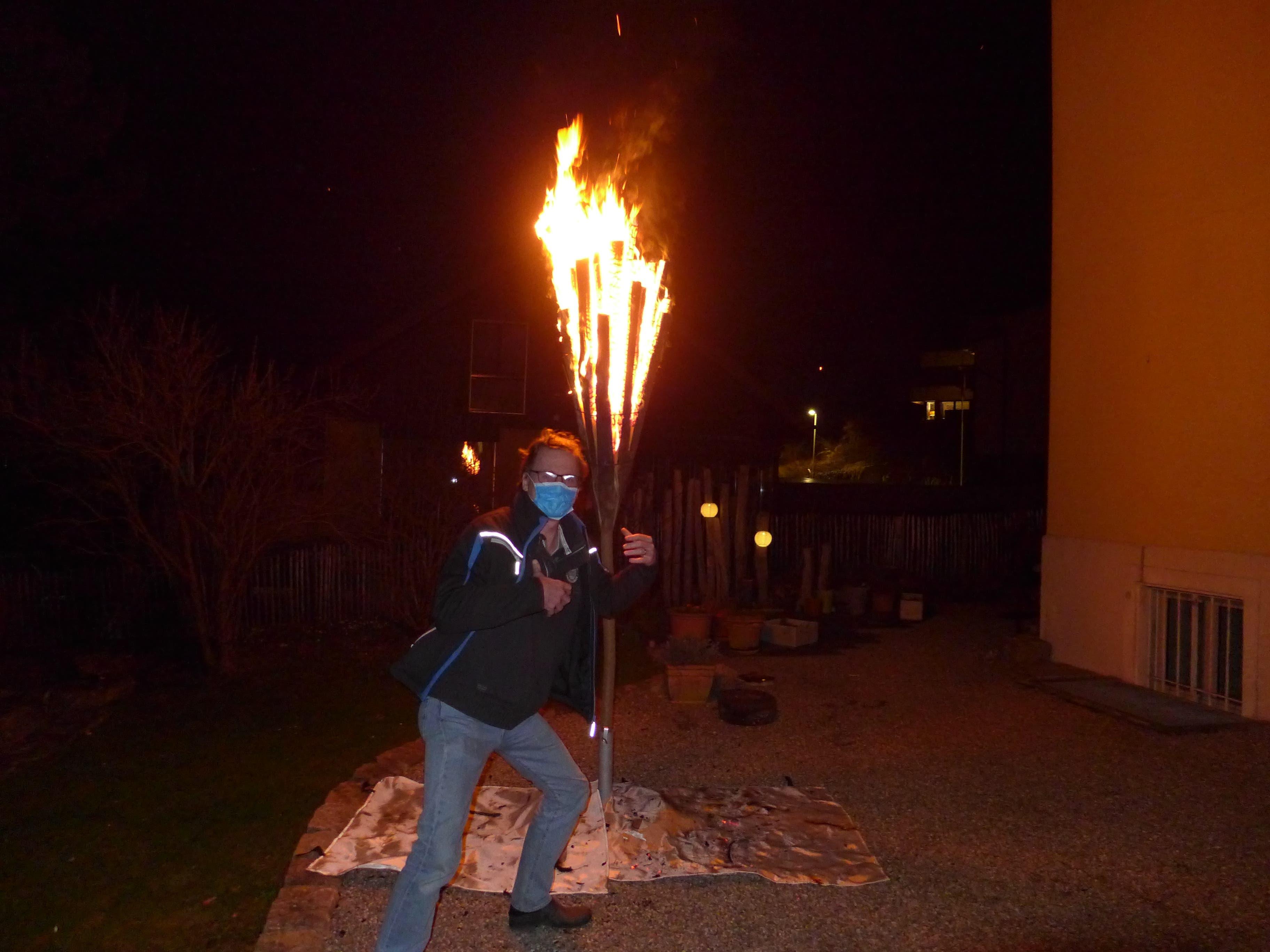 """Die Feuerfackeln werden aus dem harzreichen Föhrenholz (""""Chien"""") gefertigt."""