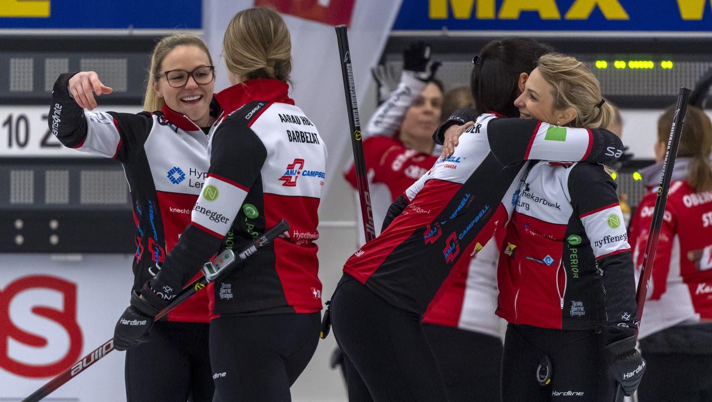 Schon an den Schweizer Meisterschaften vor gut einer Woche jubelten am Ende Alina Pätz, Melanie Barbezat, Esther Neuenschwander und Skip Silvana Tirinzoni vom CC Aarau. Am vergangenen Wochenende feierten sie dank dreier weiterer Siege die WM-Qualifikation. (Georgios Kefalas / KEYSTONE)