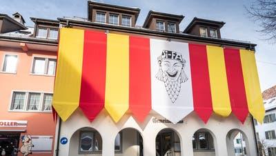Von aussen ein Blickfang, gegen innen sorgt sie für weniger Tageslicht: Die Fahne der Sirnacher Fasnächtler am Gemeindehaus während der närrischen Tage. (Bild: Andrea Stalder)