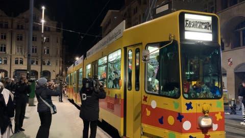 Morgestraich: Kurz vor 4 Uhr fährt am Märtplatz ein Tram voll Fasnacht ein