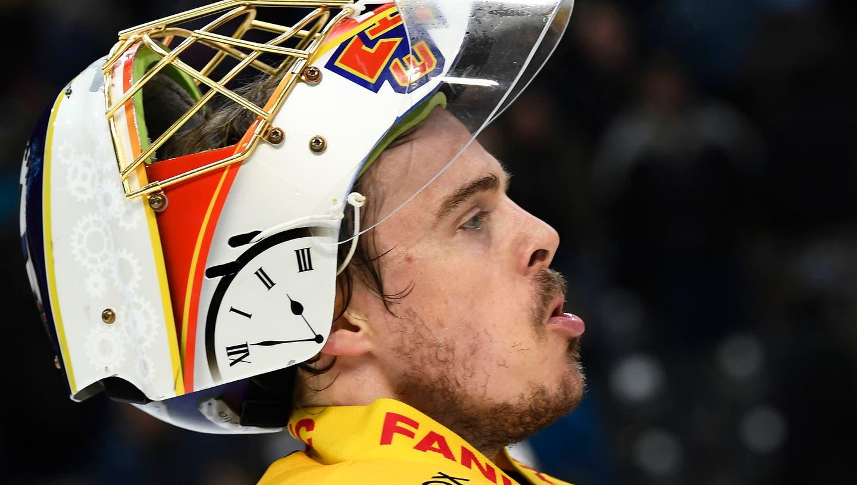 Gemeinsame Streikaktion nach dem ersten Bully: Alles Schweizer Eishockey-Teams protestierten am Wochenende gegen die Erhöhung der Ausländer. (Keystone)