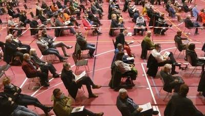 Gemeindeversammlung in Hausen (unter Coronabedingungen). Wie viele Unterschriften braucht es, um gegen einen Beschluss das Referendum zu ergreifen? (Ina Wiedemann)