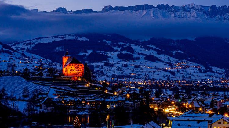 16 Tage lang leuchte das Schloss Werdenberg in der Aktionsfarbe Orange. (Bild: Patrik Wedam)