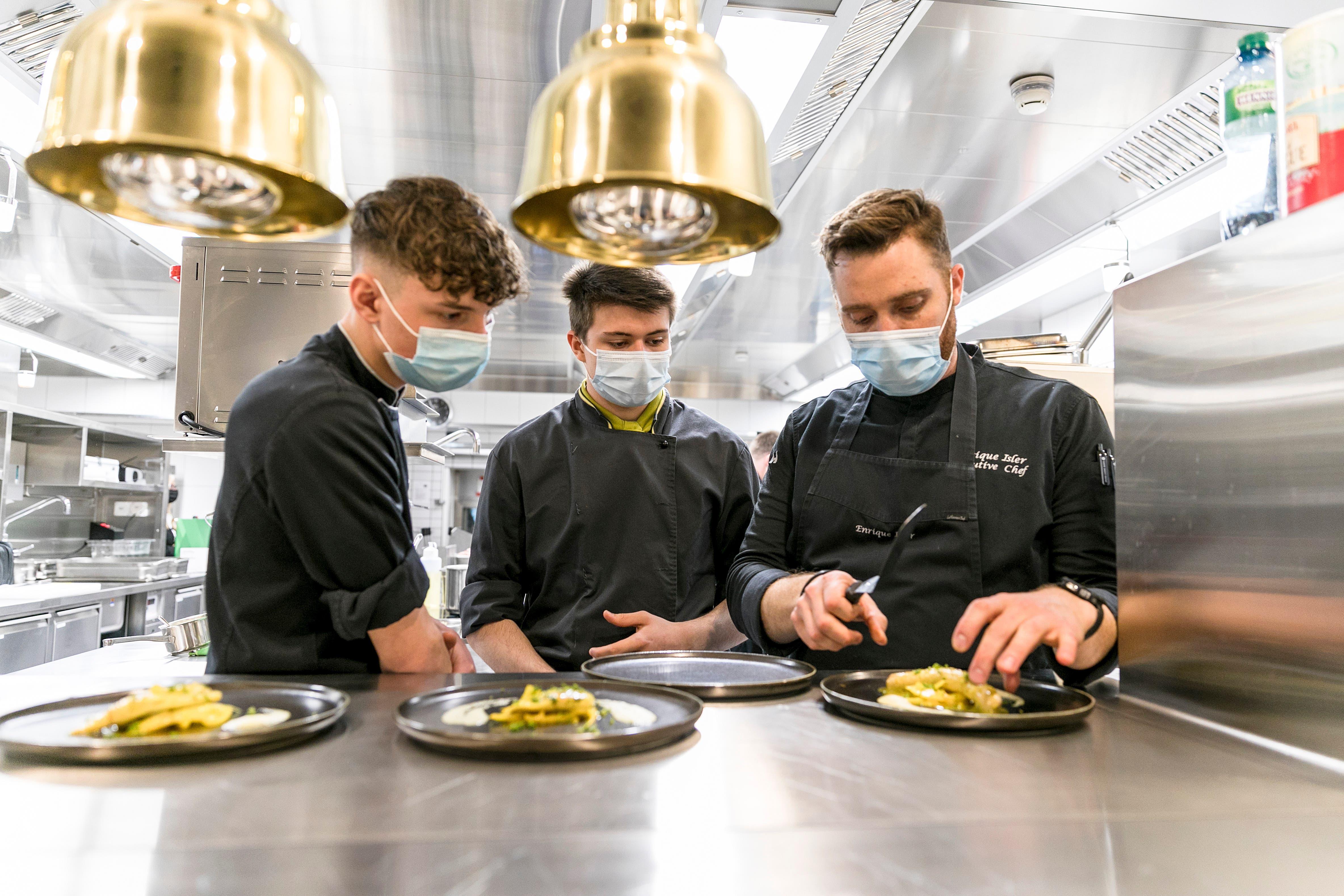 Küchenchef Enrique Isler zeigt, wie man ein Forellenfilet anrichtet.