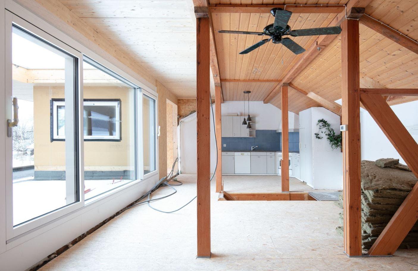 Viel Licht und viel Holz machen das Innere des Hauses aus.