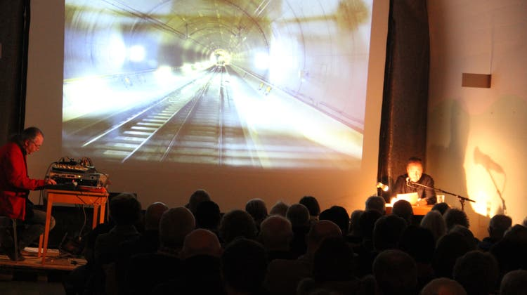 «Treffend und trefflich verbindet die Kulturjournalistin Christine Richard die Metapher mit der 1952 veröffentlichten Kurzgeschichte «Der Tunnel» von Friedrich Dürrenmatt, der im Januar 2021 hundert Jahre alt geworden wäre.» (Paul Gwerder)