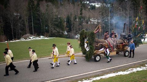 Traditionell gekleidete Männer aus Herisau ziehen das sogenannte Bloch durchs Appenzeller Vorderland. (Bild: Benjamin Manser (24. Februar 2020))