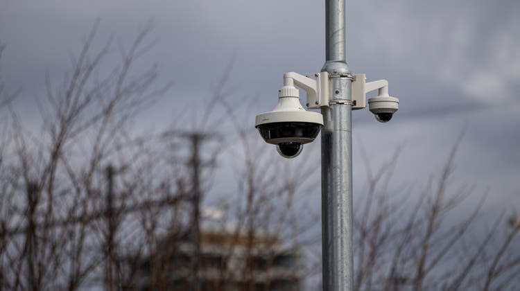 Überwachungskameras – hier in Zug – haben in Basel einen schweren Stand. (Stefan Kaiser / Zuger Zeitung)
