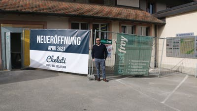 Dort, wo Federico Hochreuter steht, soll schon bald eine Terrasse mit Holzboden für die neue Gelateria entstehen. (Bild: Dennis Kalt (22. Februar 2021))