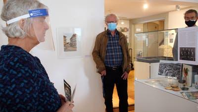 Da waren Museumsbesuche noch möglich: Ariane Dannacher und Hannes Burger (Mitte) bei der Vernissage der Ausstellung im Museum Schiff im Oktober. (Charlotte Fröse / Aargauer Zeitung)