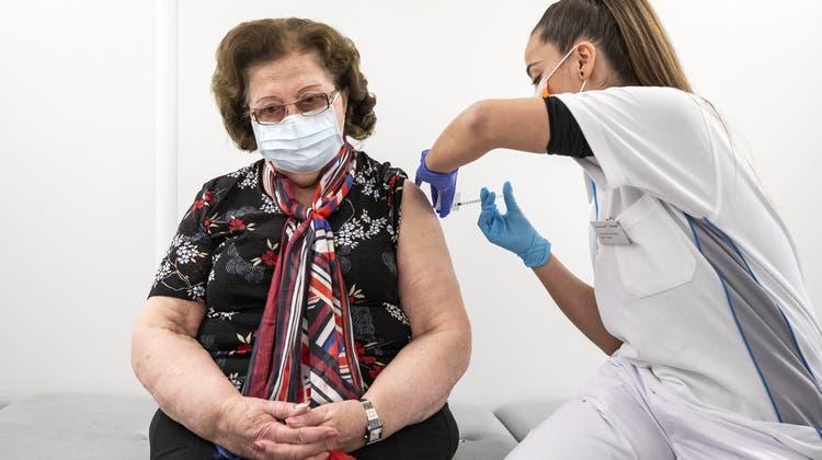 Keine Quarantäne für Geimpfte: Dies empfiehlt dieSPK-S, sobald es nachgewiesen sei, dass eine Impfung Ansteckung von Dritten verhindere. (Symbolbild) (Keystone)
