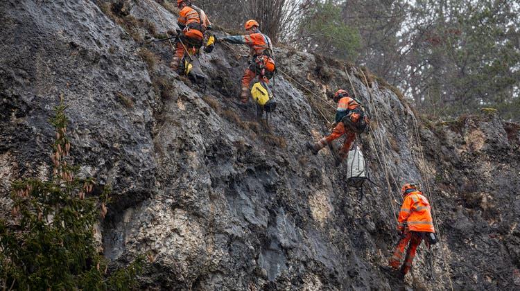 Anspruchsvoller Einsatz: Reinigungs- und Sicherungsarbeiten an der Felswand. (Martin Staub)
