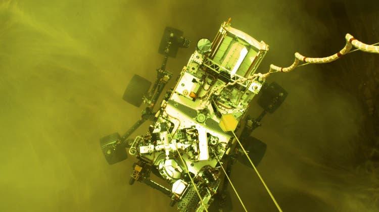 Der PerseveranceRoverwird von einem Kran auf die Marsoberfläche gehievt. (Nasa/Jpl-Caltech Handout / EPA)