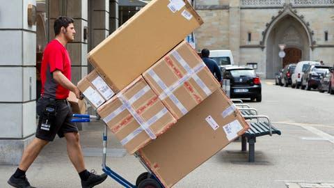 «Helden der Pandemie»: Ein DPD-Kurier bei der Auslieferung von Paketen. (Symbolbild) (Keystone)