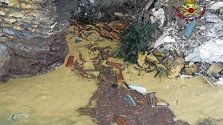 200 Särge sind an Liguriens Küste ins Meer gerutscht