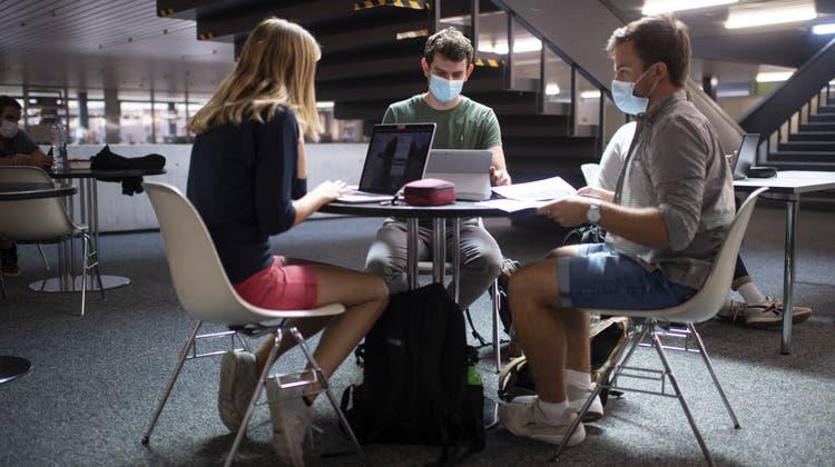Ohne Nebenjob und Geld von den Eltern kann in der Schweiz kaum jemand studieren. (Symbolbild) (Keystone)