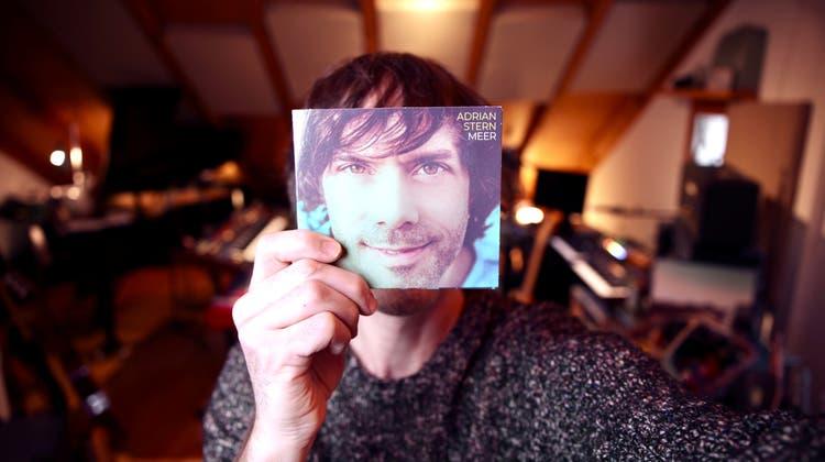 Adrian Stern in seinem Bastelhausen, im Dachstock des Hauses der Familie Stern in Baden, wo sein neues Album «Meer» entstand. (6003 Records)
