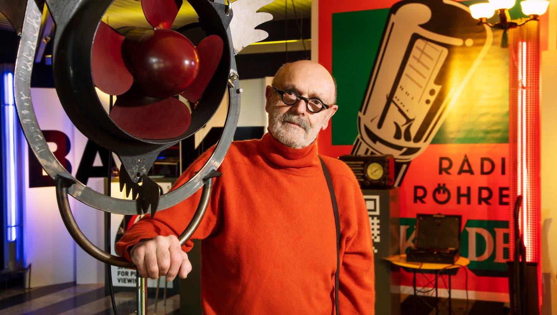 Der unermüdliche Sammler und Kenner Jörg-Josef Zimmermann in seiner Mini-Ausstellung mit einem Ventilator aus Bakelit. (Bild: zvg/Ferdinando Godenzi (Liestal 4. Februar 2021))