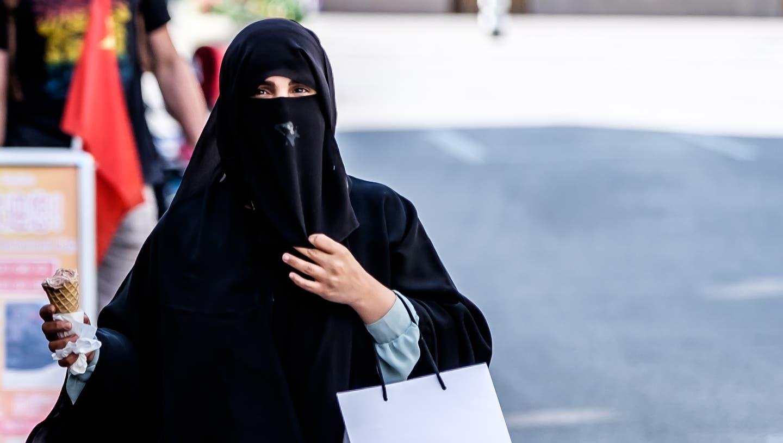 In Interlaken gibt es besonders viele Touristen aus dem arabischen Raum. Die Frauen tragen oft Burka oder Niqab, welche in Europa momentan für Kontroverse sorgen. Eine Frau trägt eine Burka und isst darunter ein Glacé. (Mario Heller / THE)