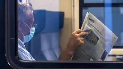 Seit mehreren Monaten gilt Maskenpflicht im Zug - zum Essen und Trinken darf die Maske aber kurz abgezogen werden. (Symbolbild: Georgios Kefalas / KEYSTONE)