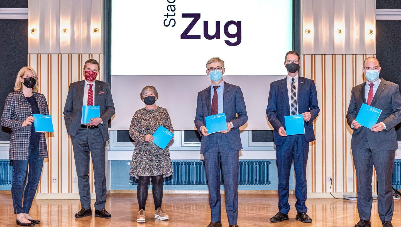 Der Stadtrat von Zug stellt die wesentlichen Elemente des neuen Erscheinungsbildes mit dem neuen Logo vor. Von links: Eliane Birchmeier, André Wicki, Vroni Straub-Müller), Karl Kobelt , Urs Raschle und Martin Würmli (Stadtschreiber). (Bild: PD)