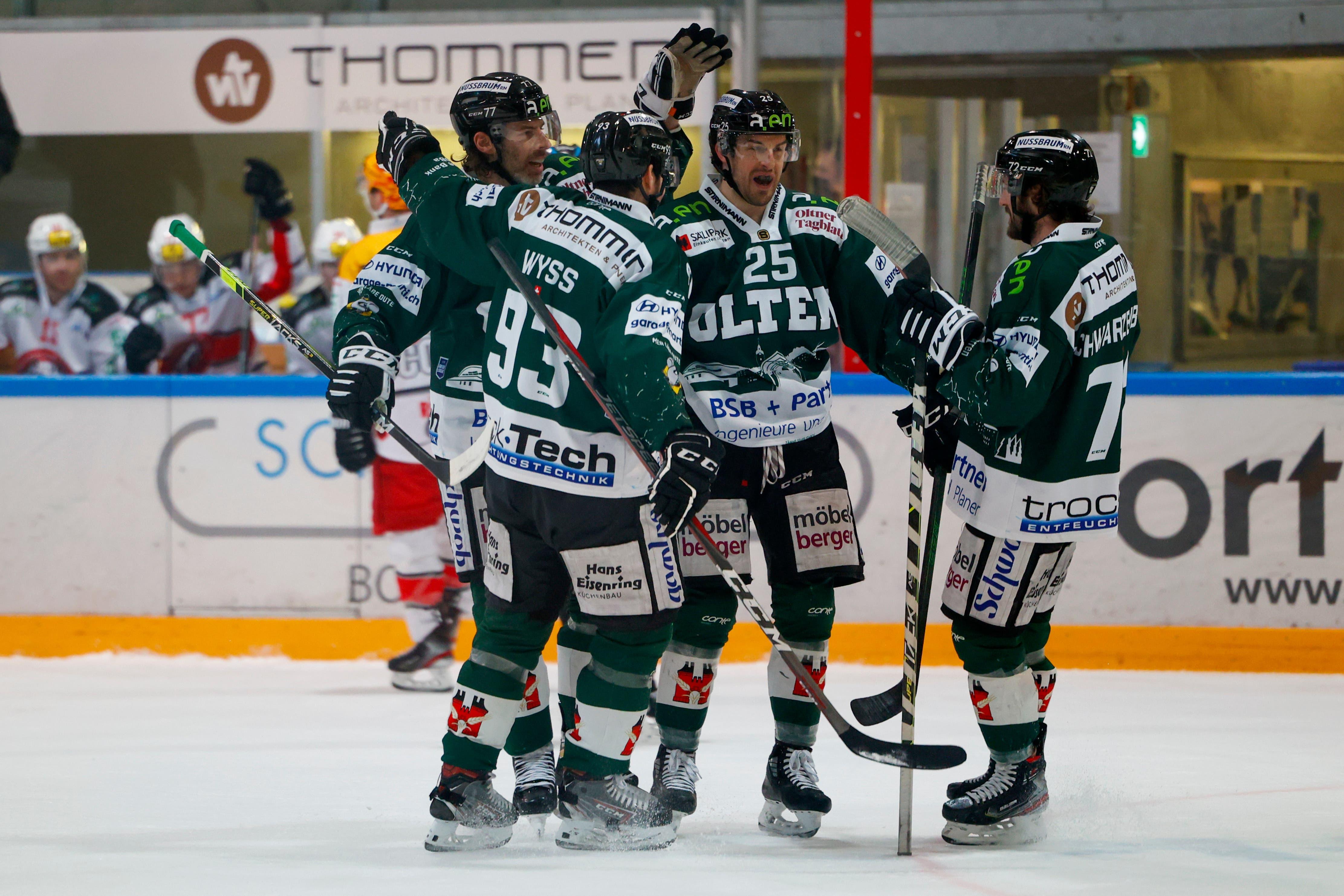 Zwei Minuten später können die Dreitannenstädter erneut jubeln. Torschütze Dan Weisskopf lässt sich von seinen Teamkollegen feiern.
