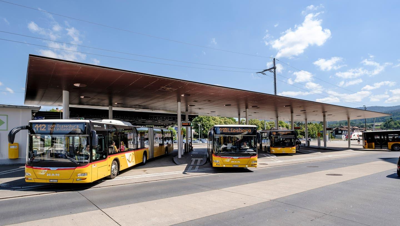 Der Busbahnhof in Laufen, von wo aus mehrere Linien bedient werden. (Bild: Kenneth Nars(23. Juni 2020))