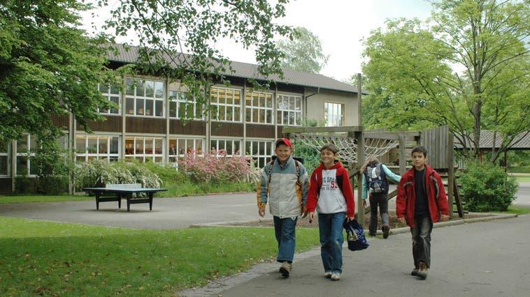 Das Gönhard-Schulhaus in Aarau, in einem Foto von 2006. Die betroffenen Schüler der Klassen 6a, 3a und 3c sind jetzt in Isolation. (AZ-Archiv)