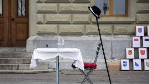 Einen Hut, der an Alain Bersets Hut - und an den Gesslerhut erinnern soll, stellte die SVP am 15. Februar in Bern auf. (Peter Klaunzer/Key)