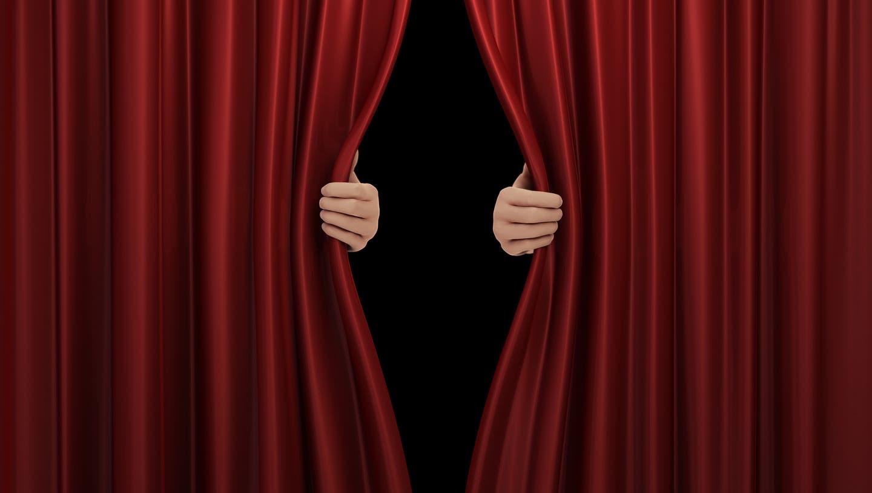Zumindest einen Spaltbreit öffnet sich der Vorhang für die Kultur am 1. März. Dann dürfen Museen, Galerien und Bibliotheken wieder öffnen. (Bild: Visualgo / iStockphoto)