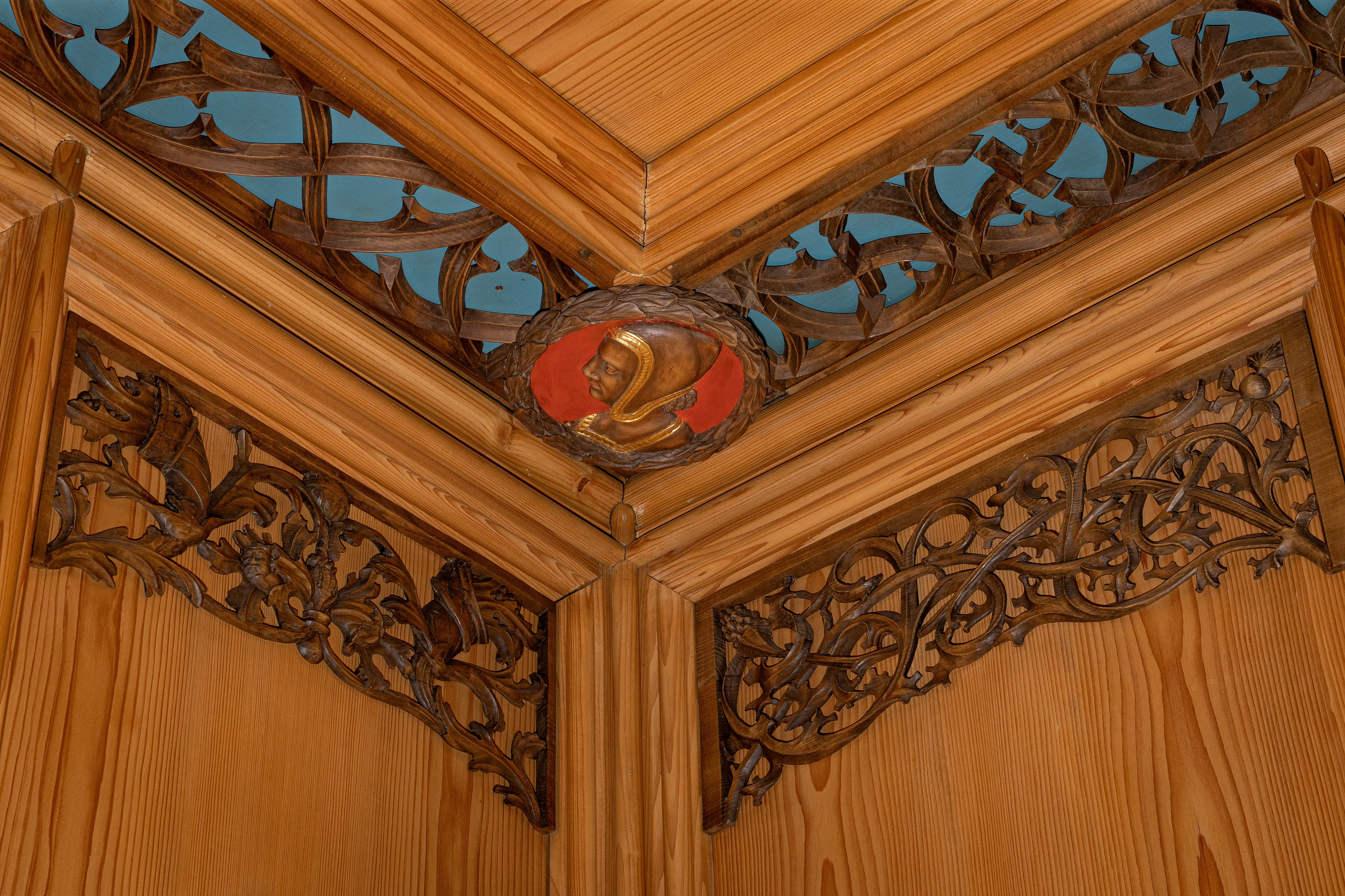 Eines der Deckenmedaillons im unteren Ratssaal.