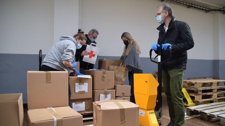 Seine Schwester hatte die Idee: FDP-Einwohnerrat Thomas Geissmann (rechts) unterstützt in der Wohler Bleichidie freiwilligen Helfer des Roten Kreuzes. (Pascal Bruhin)