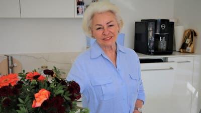Blumen in der Küche verschönern Theres Köppel das Einleben im neuen Daheim. (Bild: Hildegard Bickel)