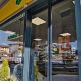 Der Shop der Agrola-Tankstelle an der St.Gallerstrasse in Arbon. «Hier gilt Maskenpflicht» steht auf dem Plakat an der Eingangstüre. Trotz Coronazeiten wirkt das nach einem Überfall skurril. (Bild: Manuel Nagel (Arbon, 24. Februar 2021))