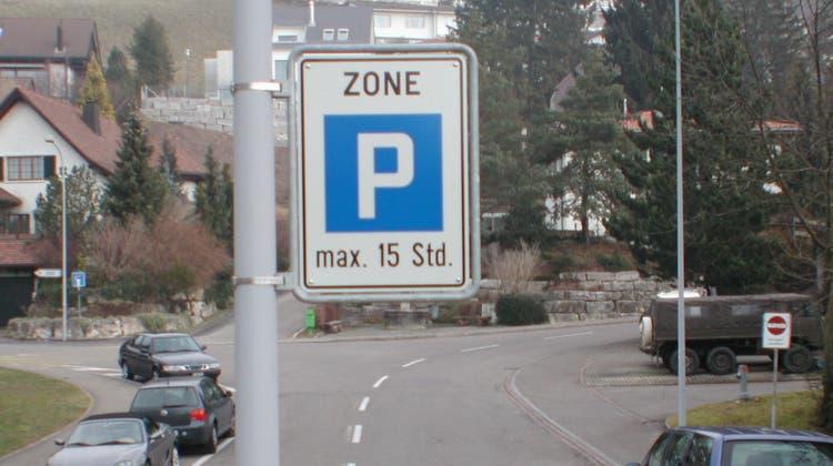 Gehen keine Rekurse gegen die neue Parkraumverordnung ein, werden die 15-Stunden-Tafeln in einem Monat aus Unterengstringen verschwinden. Dann darf in der weissen Zone nur noch fünf Stunden am Stück parkiert werden. (Archivbild: Matthias Kessler)