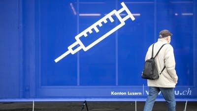 Ein Transparent mit einer Spritze vor dem Impfzentrum auf dem Areal der Messe Luzern, aufgenommen am Dienstag, 19. Januar 2021. (KEYSTONE/Alexandra Wey) (Alexandra Wey / KEYSTONE)