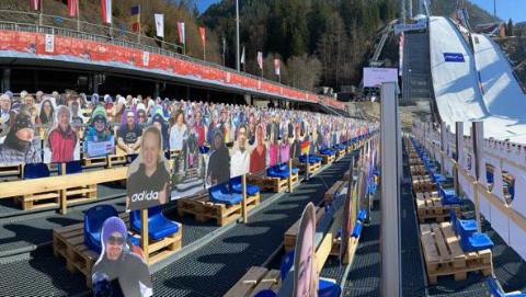 Ein volles Skisprungstadion der Frauen und ein bauchfreier Langläufer