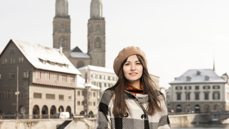 Schriftstellerin Lana Bastašić, Writer in Residence am Literaturhaus Zürich, auf der Zürcher Ratshausbrücke. (Severin Bigler)