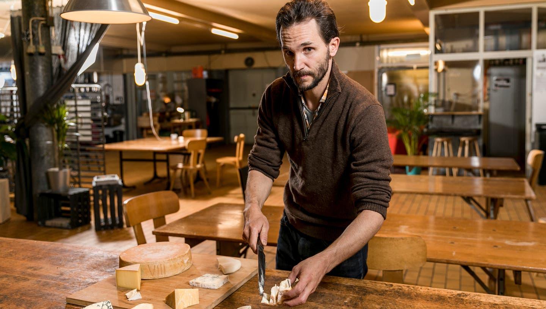 Lukas Peter im Co-Working-Space «Das Provisorium», wo er auch seine Käsekurse gibt. (Bild: Sandra Ardizzone)