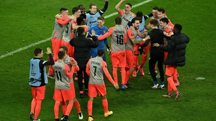 Ausgelassen feiern die Young Boys in der BayArena ihren Triumph. (Keystone)