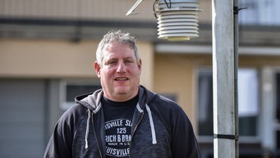 Jürg Zogg ist als Meteorologe bei SRF Meteo tätig. Derzeit arbeitet er im Homeoffice in Oberschan, wo er eine Wetterstation hat. (Bild: Heini Schwendener)
