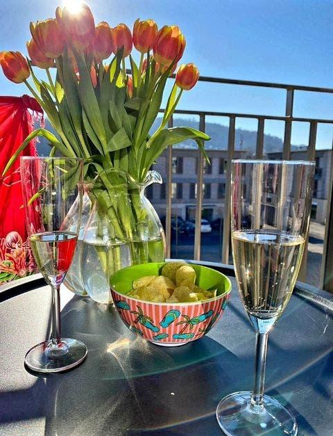 Leserin Patrizia Rimensberger geniesst die Frühlingssonne auf ihrem Balkon in Mellingen.