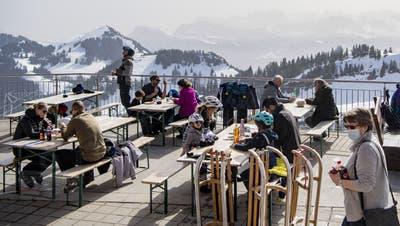 Die Terrasse des Bergrestaurantsauf Rigi Staffel im Skigebiet im Kanton Schwyz. (Bild: Urs Flüeler / Keystone (Rigi Staffel, 23. Februar 2021))