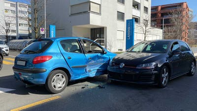 Trotz heftiger Kollision blieben die beiden Fahrer unverletzt. (Bild: PD)