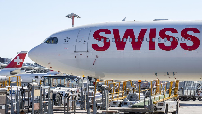 Ein Flugzeug der Swiss am Flughafen Genf. Vor allem im zweiten Quartal falle der Flugplan deutlich kleiner aus als geplant. (Keystone)